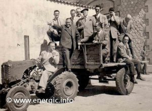 Energic tracteur 511 pulling a large agricultural trailer with guests. www.energic.info